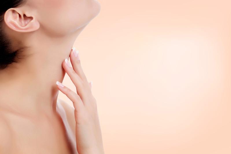 Arrêter l'affaissement de l'ovale du visage avec un lifting du cou